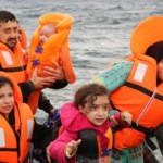 Πρόσφυγες με τα παιδιά τους  φτάνουν με το δουλεμπορικό σκάφος σε ακτή κοντά στην Εφταλού, την Κυριακή 11 Οκτωβρίου 2015, στη Λέσβο.  Αδίστακτος 34χρονος τούρκος διακινητής μεταναστών και προσφύγων είχε κουβαλήσει στη Λέσβο με το 15μετρο ξύλινο σκάφος του μόλις το περασμένο σαββατοκύριακο περισσότερους από 1000 ανθρώπους. Εισπράττοντας από τον καθέναν περισσότερα από τα 1500 ευρώ. Τελικά χθες το απόγευμα συνελήφθη από στελέχη του Λιμενικού Σώματος που περιπολούσαν στην περιοχή μαζί με στελέχη της FRONTEX. Σύμφωνα με πληροφορίες το δουλεμπορικό αυτό σκάφος, κινούμενο στη διαδρομή από τα απέναντι Μικρασιατικά παράλια και συγκεκριμένα την περιοχή Μπεχράμ Καλά στην Εφταλού της Λέσβου,  είχε μπει στο στόχαστρο των διωκτικών αρχών. Εντοπίστηκε και τέθηκε υπό παρακολούθηση. Τον άφησαν πρώτα να αποβιβάσει τους φυγάδες από τα απέναντι παράλια, προκειμένου κατά τη διάρκεια της επιχείρησης να μην κινδυνέψουν ανθρώπινες ζωές και στη συνέχεια τον καταδίωξαν και τον συνέλαβαν. Ο φωτογραφικός φακός του Πέτρου Τσακμάκη είχε αποθανατίσει το σκάφος αυτό το περασμένο Σαββατοκύριακο σε ένα από τα ταξίδι