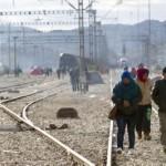 Μετανάστες και πρόσφυγες στα Ελληνοσκοπιανά σύνορα της Ειδομένης. Την κατασκευή μεταλλικού φράκτη στα σύνορά της με την Ελλάδα στο σημείο της ουδέτερης ζώνης μεταξύ Γευγελής και Ειδομένης, το οποίο διασχίζουν οι πρόσφυγες και οι μετανάστες που κατευθύνονται προς τη δυτική Ευρώπη, πραγματοποίησε ο στρατός της ΠΓΔΜ. Ειδομένη, Κυριακή 29 Νοεμβρίου 2015. ΑΠΕ ΜΠΕ/ΜΠΑΡΜΠΑΡΟΥΣΗΣ ΣΩΤΗΡΗΣ