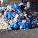 Σοροί από σκουπίδια σε δρόμο στην Τρίπολη, Παρασκευή 16 Ιανουαρίου 2015. Σε κατάσταση έκτακτης ανάγκης κηρύχτηκε εκ νέου ο δήμος Τρίπολης, με απόφαση του περιφερειάρχη Πελοποννήσου Πέτρου Τατούλη, ύστερα από εξουσιοδότηση που του παρασχέθηκε από τον γενικό γραμματέα Πολιτικής Προστασίας, εξαιτίας του προβλήματος με τα σκουπίδια στους δρόμους της πόλης για πολλές ημέρες. ΑΠΕ-ΜΠΕ/ΑΠΕ-ΜΠΕ/ STR
